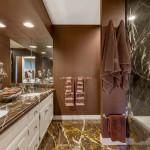 En Suite Bathroom With 2 Sinks & Shower/Tub